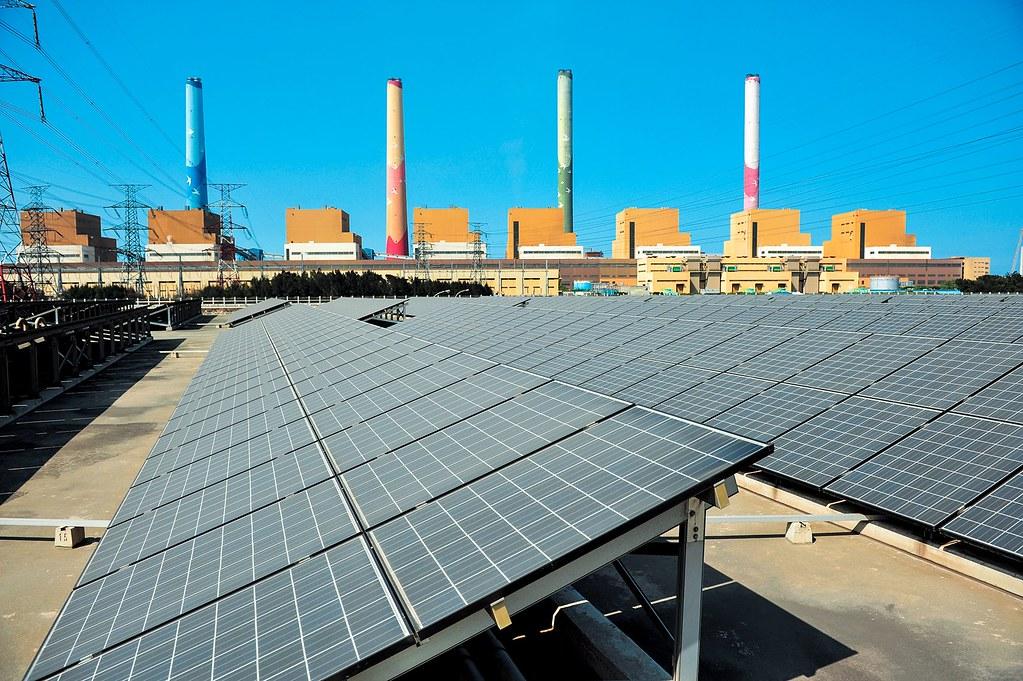 今(13)日氣候炎熱,用電創下歷史新高。尖峰時刻光電扮演重要供電角色。圖為台中電廠太陽光電設施。圖片提供:台電。