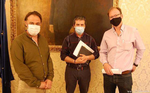 Foto de familia entre los representantes de ASAV y el concejal de Turismo del Ayuntamiento de Salamanca, Fernando Castaño.