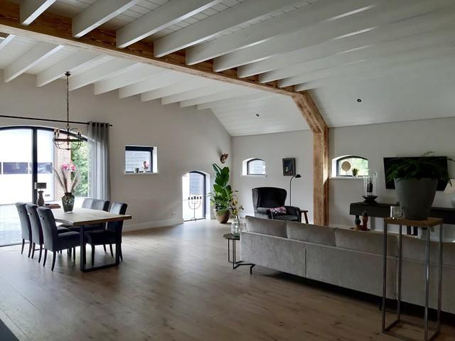 Woonkamer met balkenplafond woonboerderij