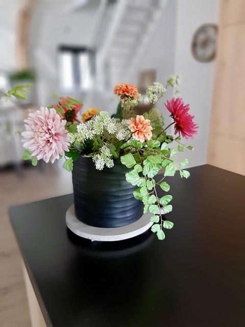 Zwarte vaas met bloemen