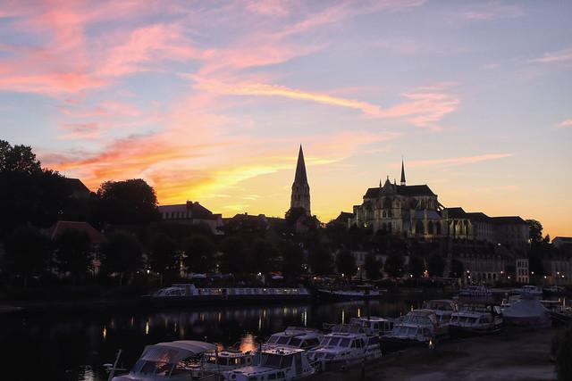 Crépuscule sur le port et l'abbaye. Auxerre