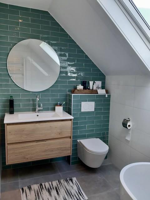 Badkamer groene tegels houten badmeubel met lades
