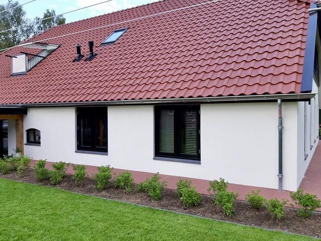 Witte muren zwarte kozijnen rode dakpannen