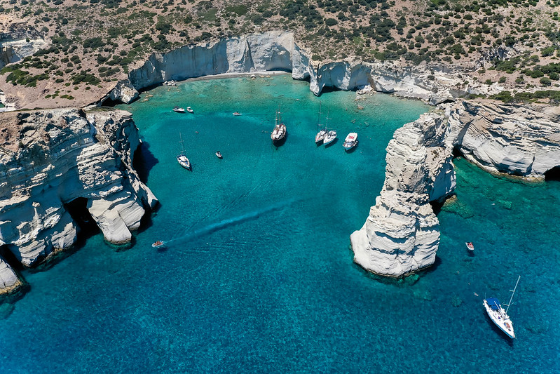 Luftbild: Segelboote Bei Kleftiko, Milos. Piratenbucht Mit Zahlreichen Höhlen Und Kristallklarem Wasser