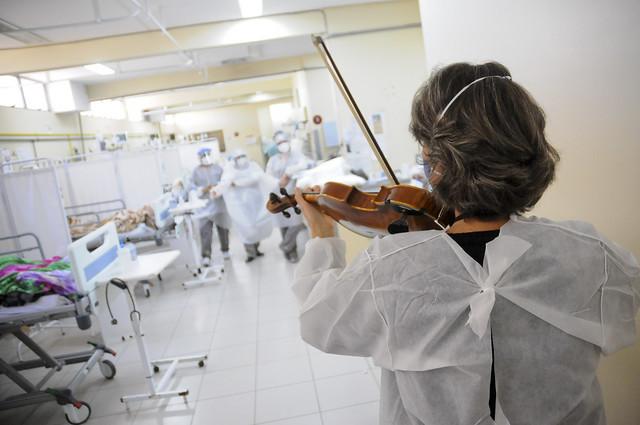 Música serve de terapia e conforto a pacientes no Hospital Regional de Samambaia
