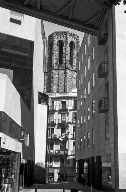 Un campanar per un forat / A tower through a hole