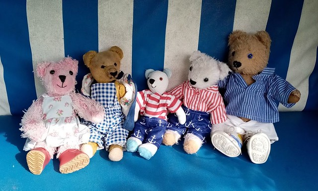 Teddys im Urlaub auf dem Dorf: Strandkorb im Garten