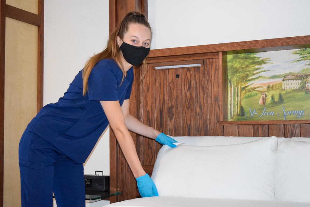 Notre personnel du confort client s'applique au nettoyage de chaque chambre en hébergement