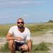 Le jeune homme en bordure de baie