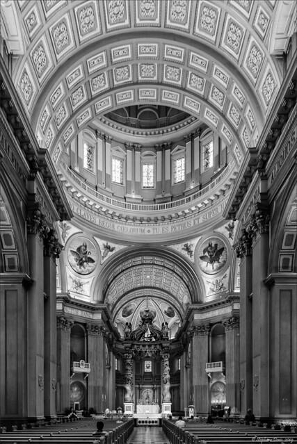 Basilique Marie-Reine-du-Monde - l'Allée en N&B