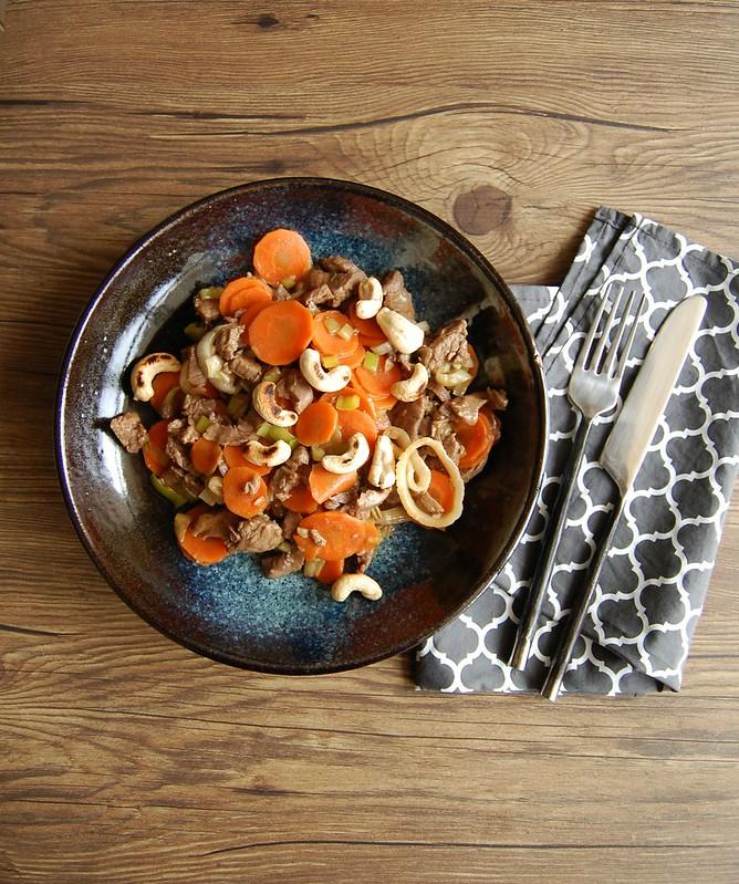 Stir fry de carne com cenoura e alho-poró