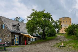 Bergfried (Rekonstruktion) an der Ruine Ginsburg