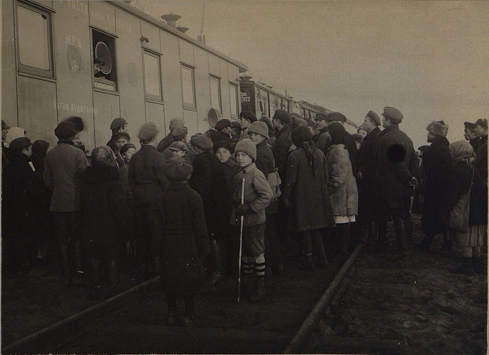 Посетители Агрономического поезда слушают радио
