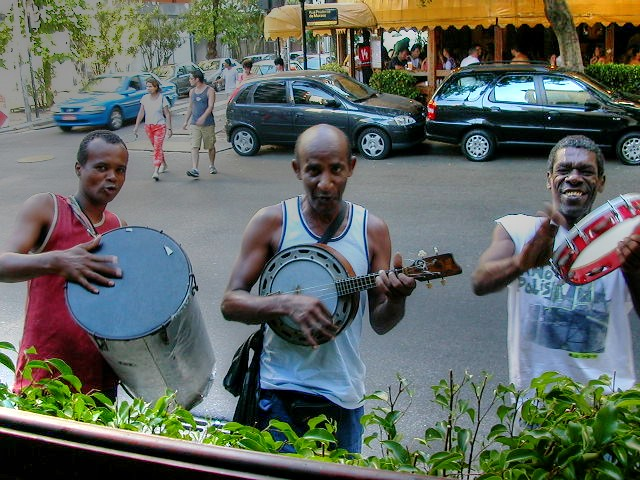 Street music at Garota de Ipanema.