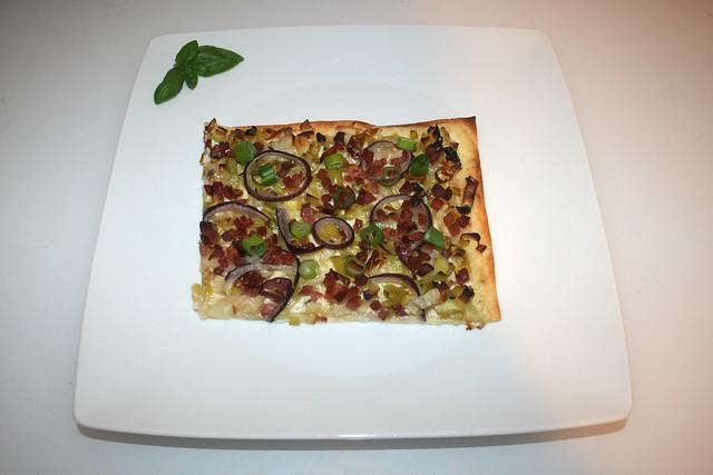 19 - Tarte flambée with leek & bacon - Served / Flammkuchen mit Lauch & Speck - Serviert