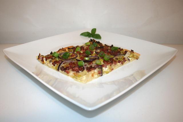20 - Tarte flambée with leek & bacon - Side view / Flammkuchen mit Lauch & Speck - Seitenansicht