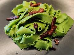 Grøn pasta med bacon-svampe sovs