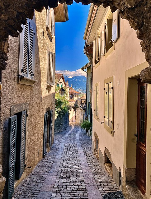 the lovely cobbled streets of Saint Saphorin