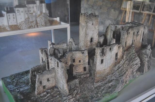 Model of Strečno Castle today.