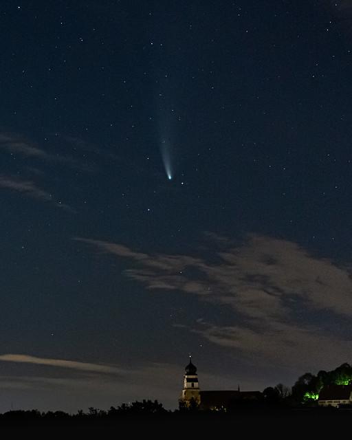 Komet C/2020 F3 (Neowise) über der Stiftskirche Herrenberg (explored)