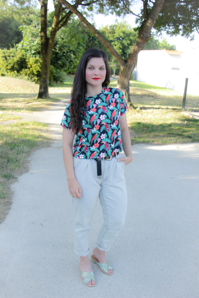 Look crop top, jean mom et sandales