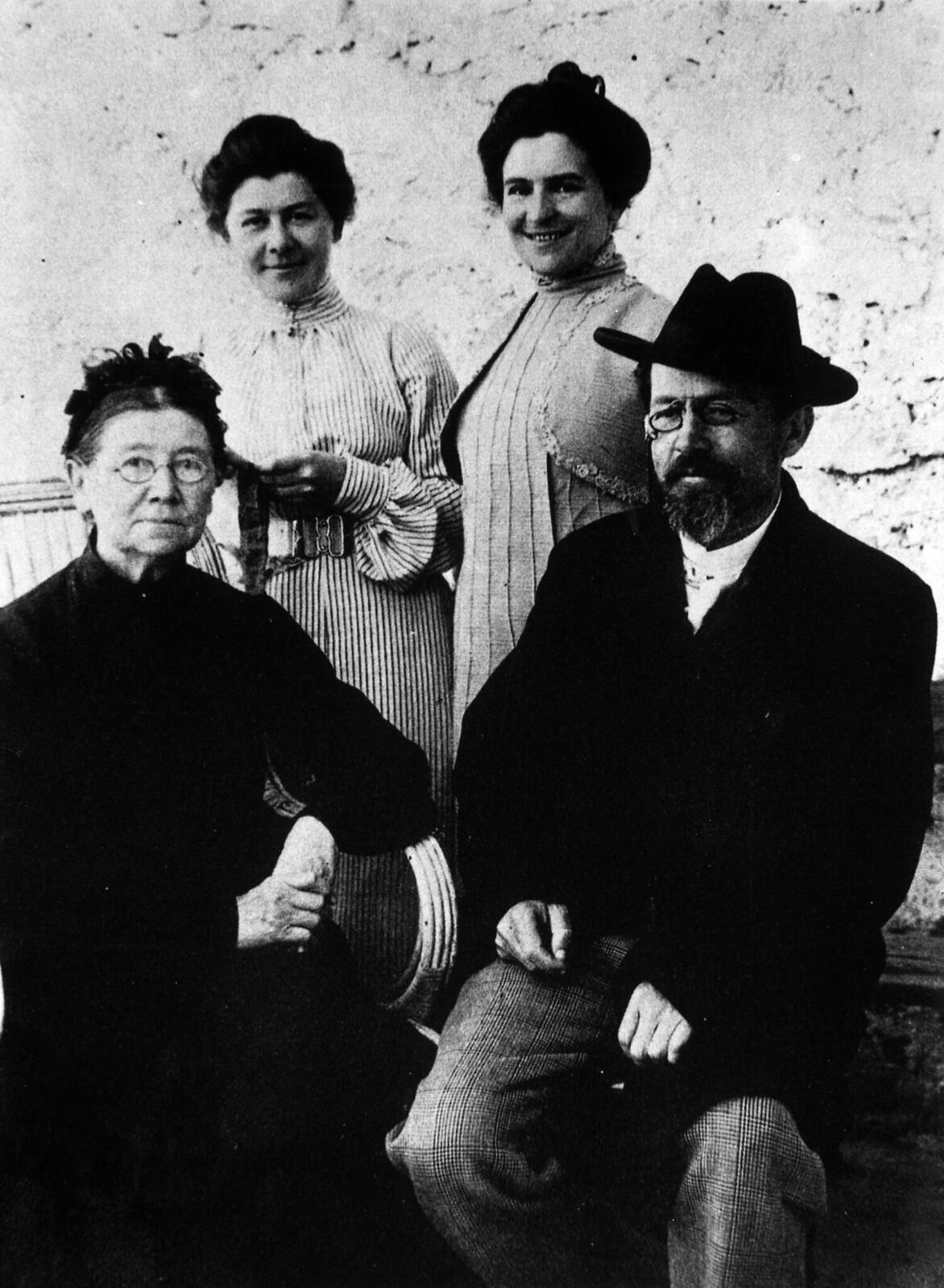1899. Е. Я. Чехова, М. П. Чехова, О. Л. Книппер-Чехова, А. П. Чехов
