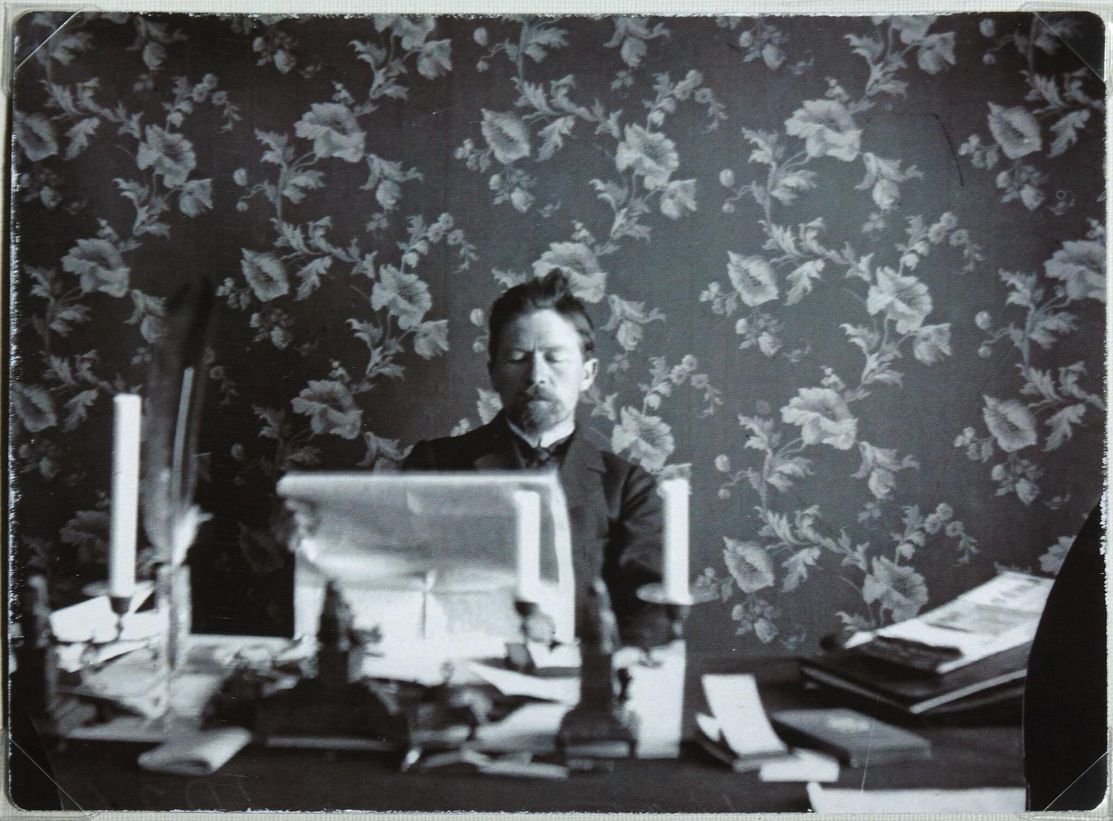 1895-1900. Антон Чехов в своем кабинете в Ялте