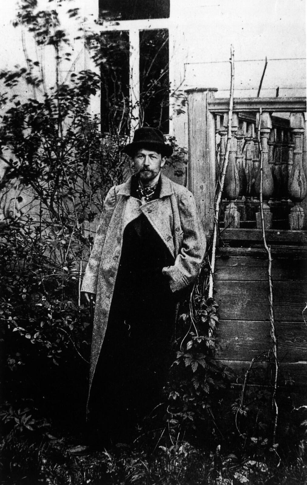 1890. А.П. Чехов в саду