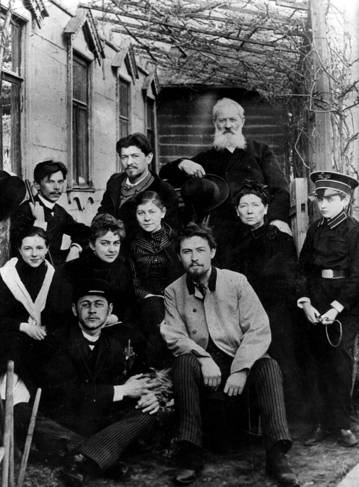 1888. Антон Чехов с друзьями и семьей в своем доме в Москве