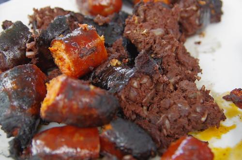 Chorizo y morcilla en una barbacoa