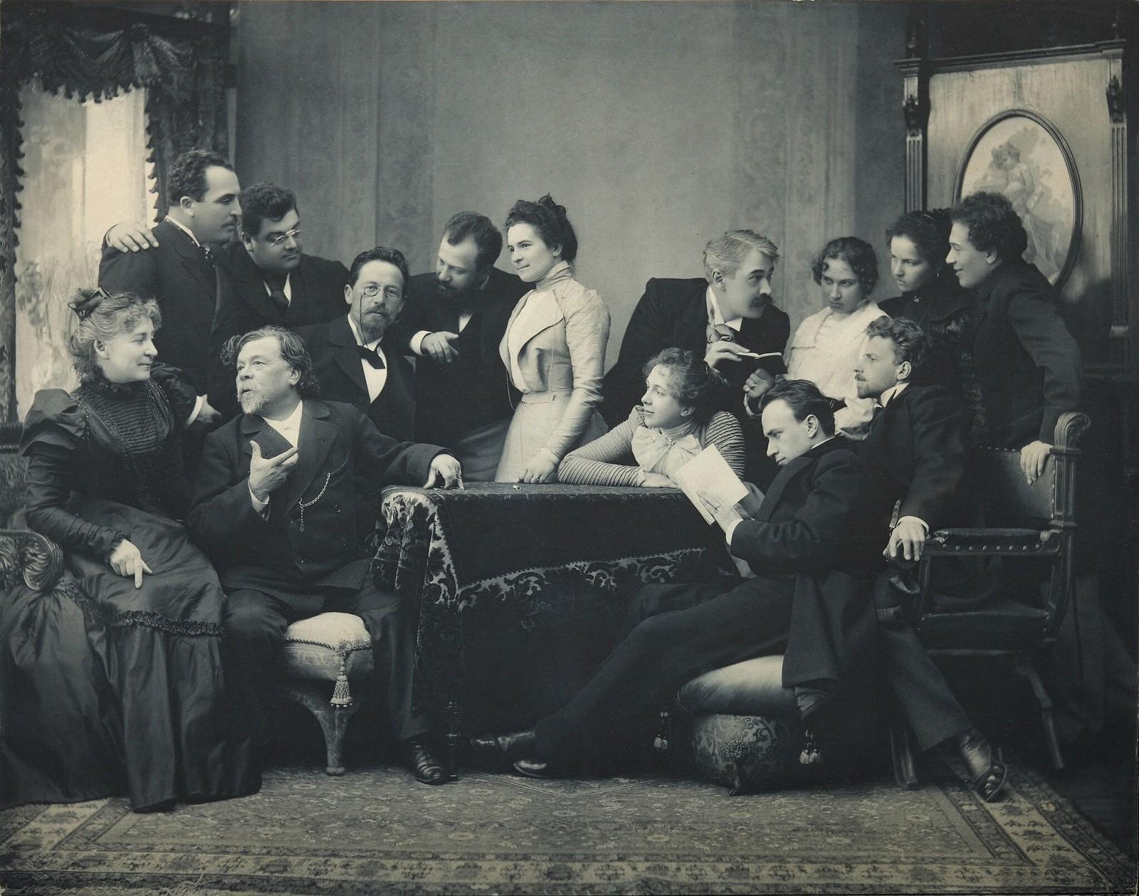 1899. Антон Чехов с актерами Московского государственного художественного театра