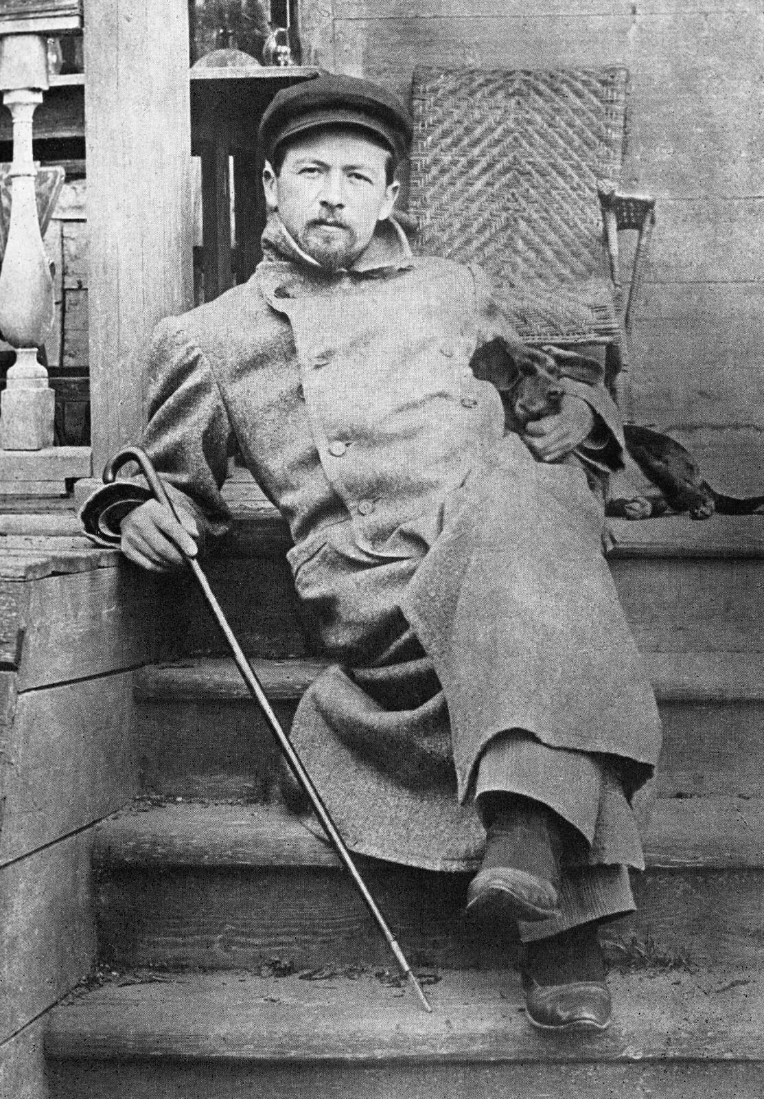 1897. Антон Чехов сидит на ступеньках