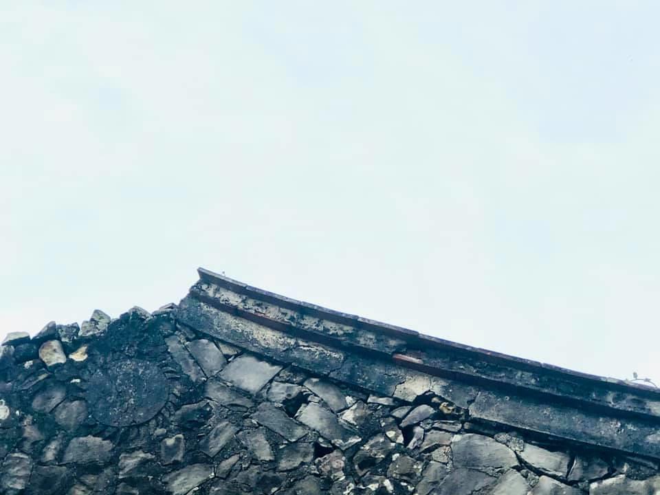 樓仔厝有火型山牆及非常罕見的石雕太陽圖騰,此圖騰推估為受到平埔族自然崇拜信仰影響。攝影:蕭紫菡。