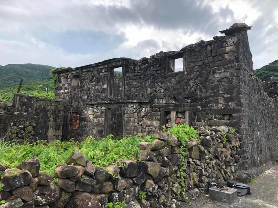 吳家樓仔厝,約有140年歷史,罕見的雙層石頭屋建築,沿海類型目前僅知此棟,非一般人有能力、財力興建。攝影:蕭紫菡。