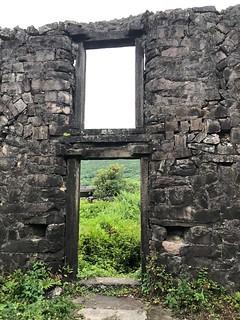 樓仔厝以石壘疊構,就地取材,以亂石砌、人字砌、條石順丁砌等工法建造、以紅瓦覆頂…展現人與自然、台灣海洋文化的時代痕跡。攝影:蕭紫菡。
