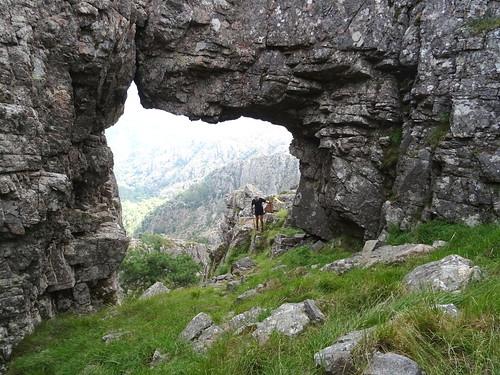 Trail du Cavu : passage sous l'arche dans le versant Est du Monte Calva