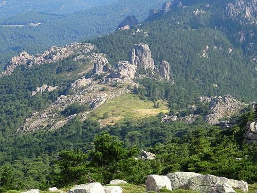 Le passage du trail à Bocca di Castedducciu vu depuis le sommet du  Monte Calva (1381m)