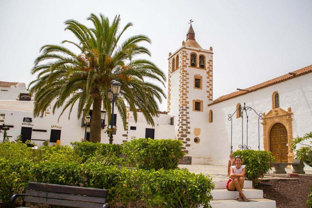 Plaza e iglesia de Betancuria en Fuerteventura un imprescindible al visitar las islas Canarias