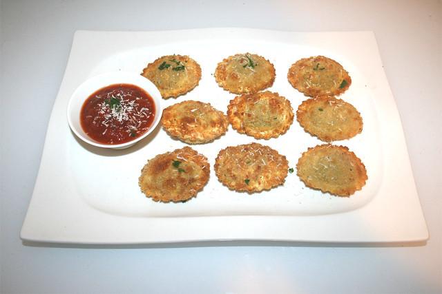 Crispy Ravioli with tomato basil dip - Served  / Knusprige Ravioli mit Tomaten-Basilikum-Dip - Serviert