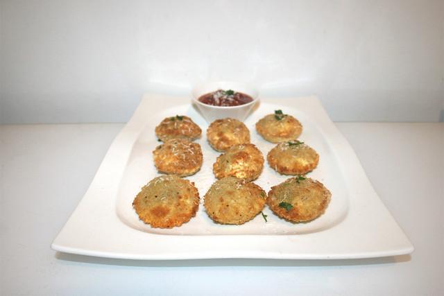 Crispy Ravioli with tomato basil dip - Side view / Knusprige Ravioli mit Tomaten-Basilikum-Dip - Seitenansicht