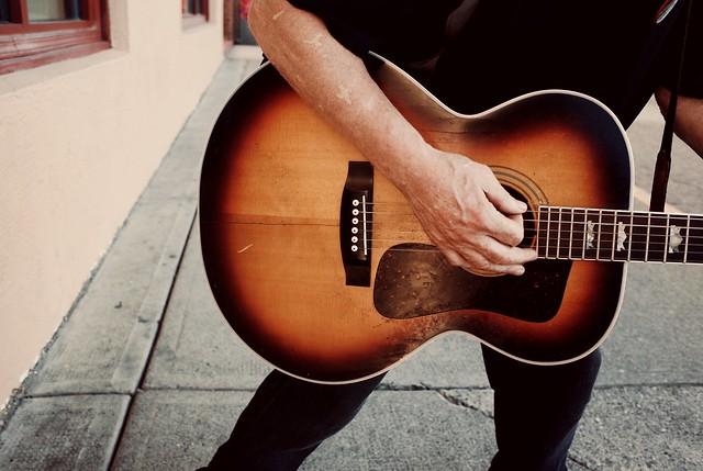 #Ricoh #ricohgr2 #ricohgrii #ricohstreetphotography #streetphotography #streetshot ##streetshots #streetcapture #streetphoto #city #candidphoto #street #guitar# #people #candid #music #streetmusic #streetmusician
