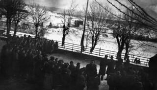 Salut aux couleurs dans la cour du collège d'Orgelet en 1941