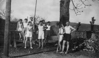 Avril 1941 : des élèves de 3e en gymnastique dans la cour du collège