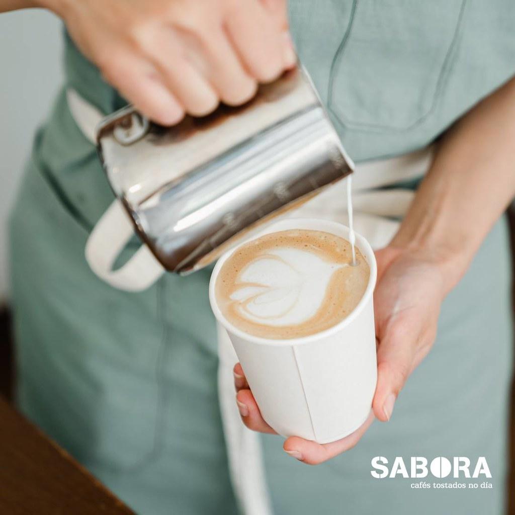 Facendo cappuccino en vaso refugable