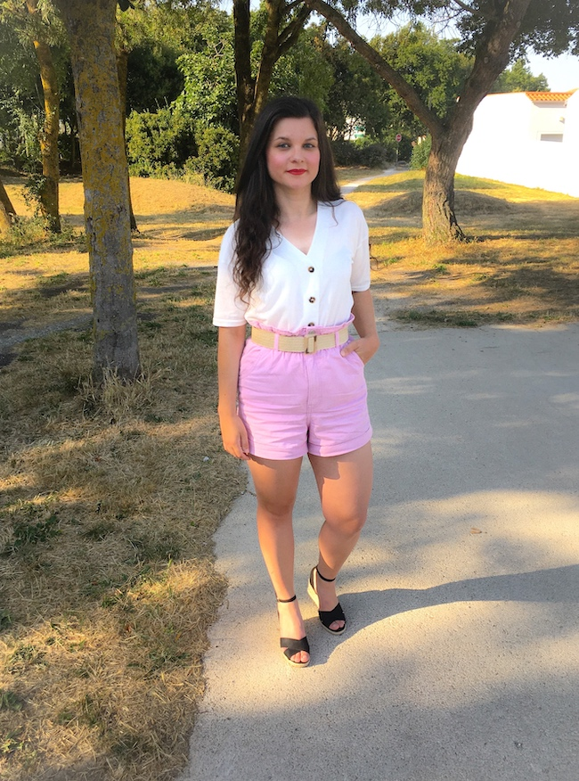Look top blanc, short rose taille haute, ceinture raphia et sandales compensés