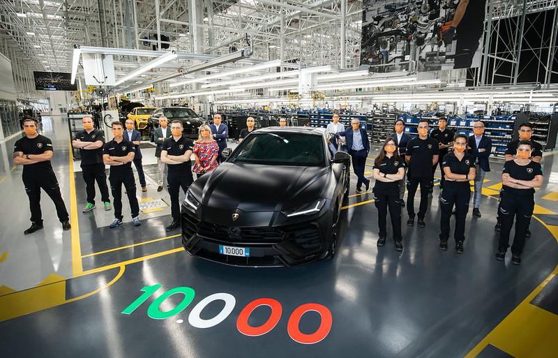 Lamborghini-builds-10000th-Urus-3