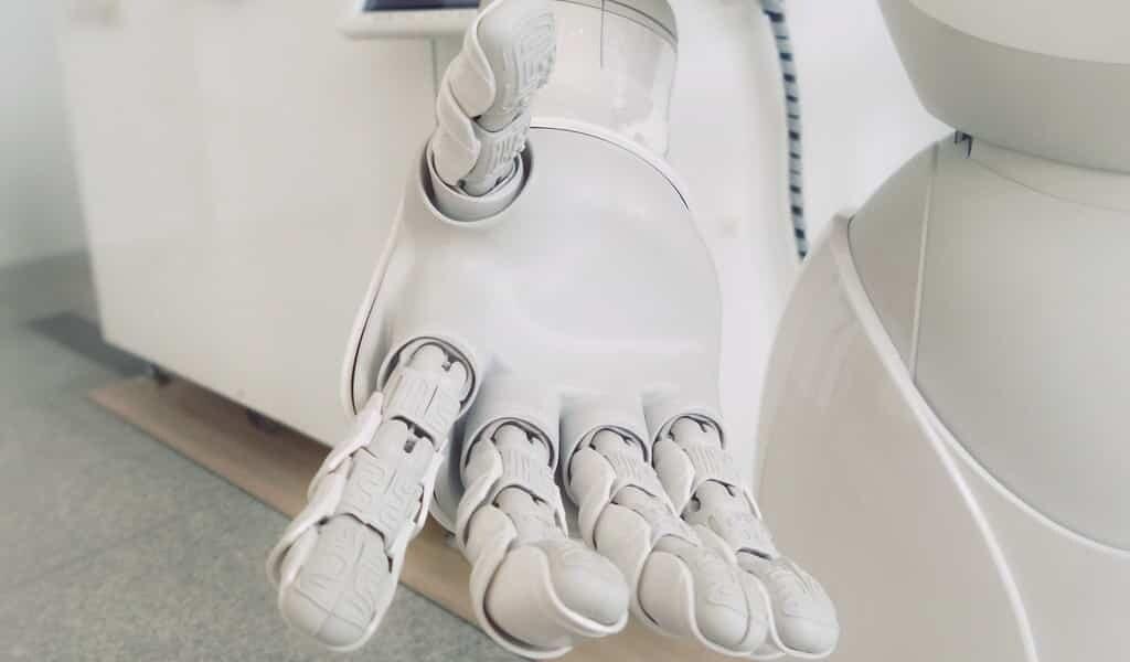 une-main-robotique-qui-combine-force-et-douceur