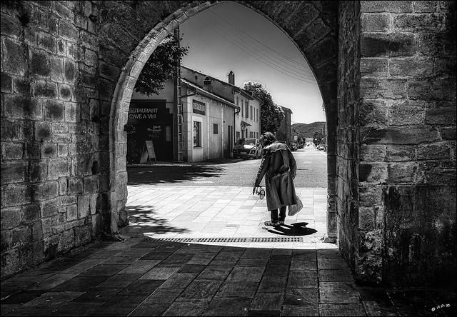 Il sermonnait son sac et avait un petit vélo...dans la main / He rebuked his bag and had a small bike.. in his hand