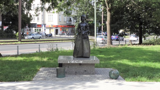 1980/82 Berlin-O. Mädchen mit Spielelementen - gewidmet Friedrich Fröbel (1782-1852) von Michael Klein Bronze Fröbelplatz/Fröbelstraße/Prenzlauer Allee 62 in 10405 Prenzlauer Berg