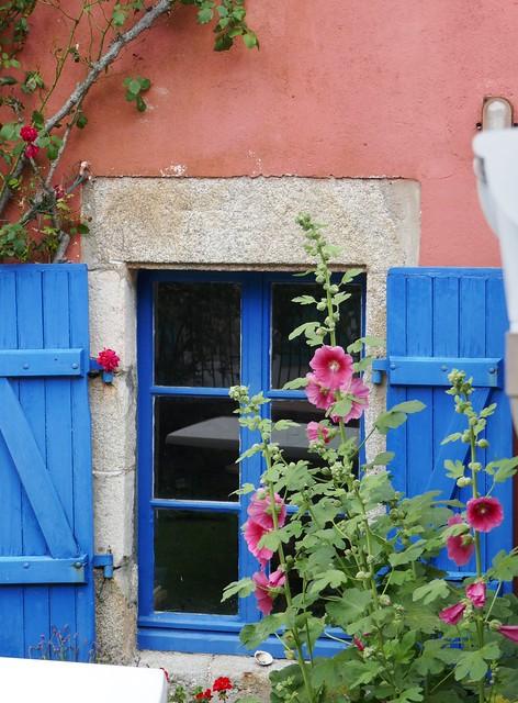 Fenêtre et roses trémières, Île-Tudy, Pays Bigouden, Cornouaille, Finistère, Bretagne, France.